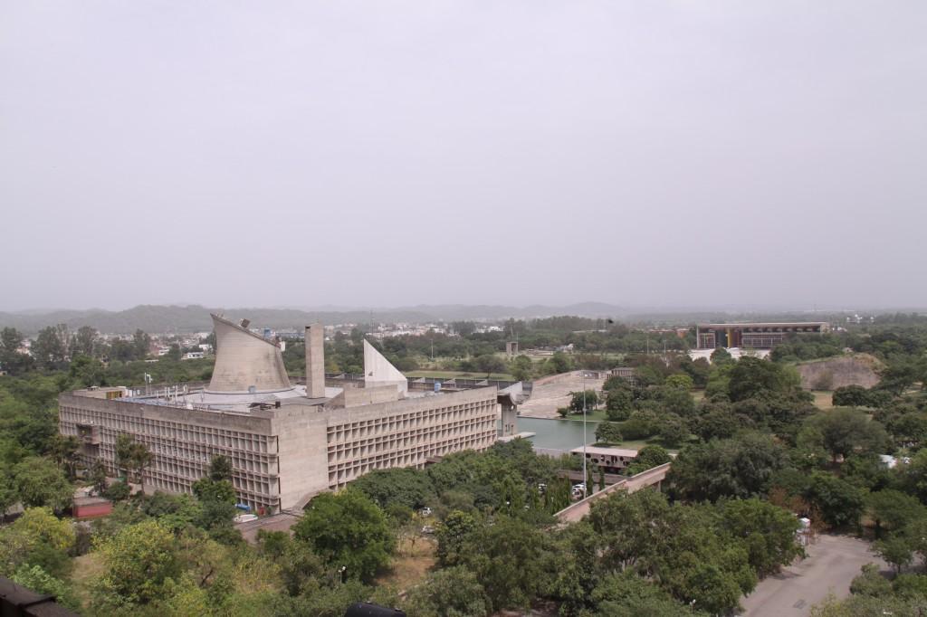 行政庁舎から望む議事堂と裁判所