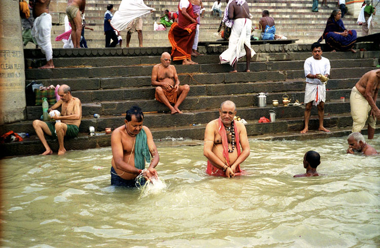 沐浴をするインド人