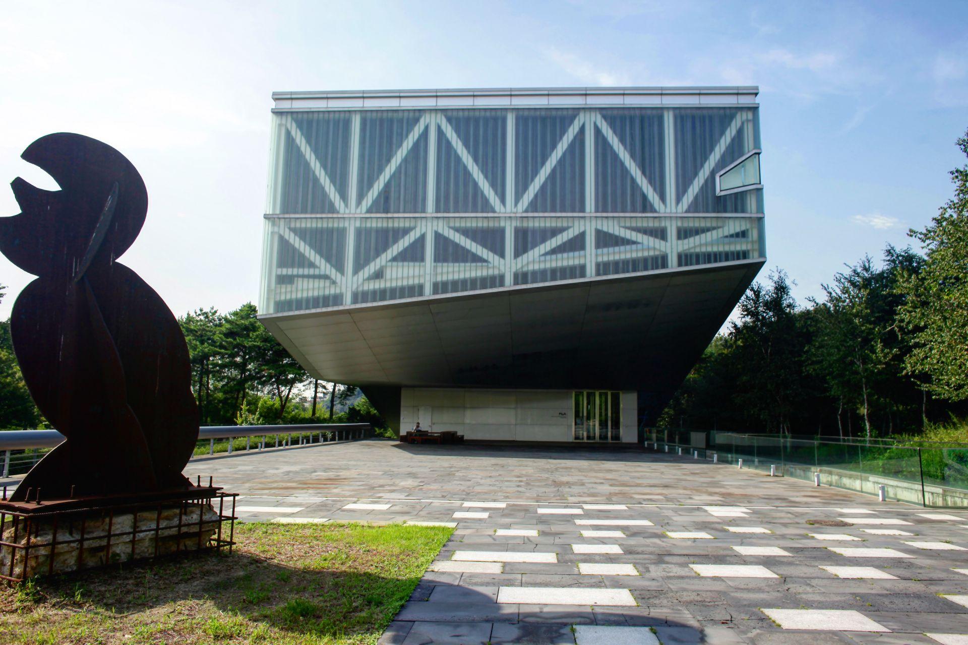 コールハースとヌーベル、マリオ・ボッタの3人の建築家による ...