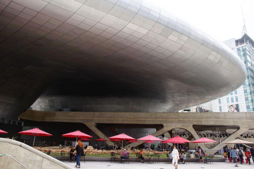 韓国・ソウルにあるザハ・ハディド設計の建築「東大門デザインプラザ(DDP)」が巨大なUFOみたい!