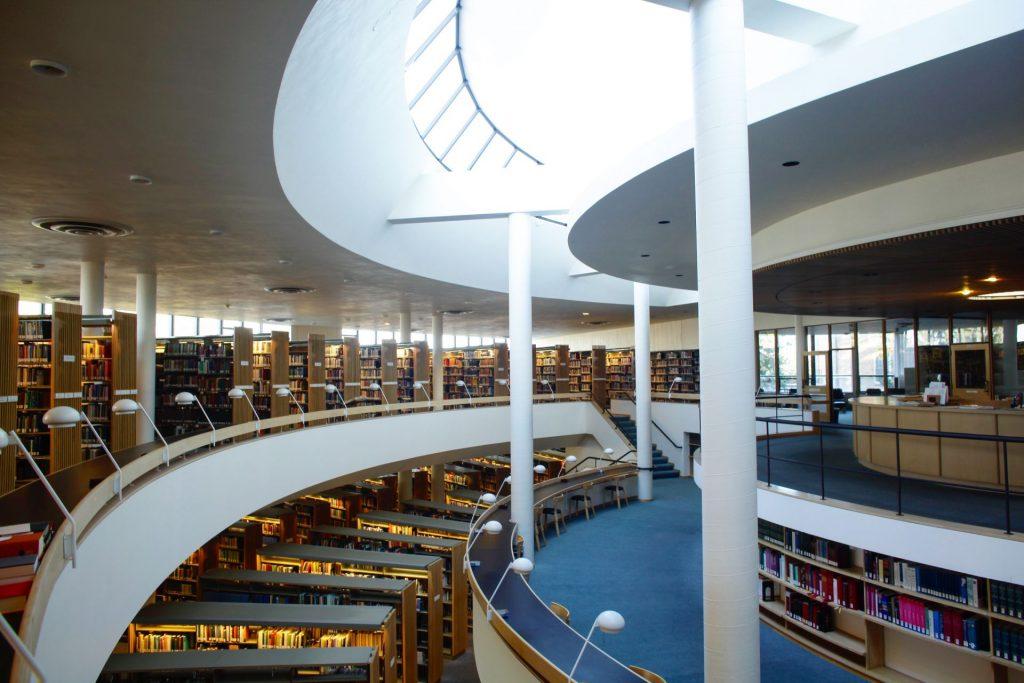 北欧モダニズム建築の巨匠アルヴァ・アールトの「マウントエンジェル修道院図書館」がいい感じ!